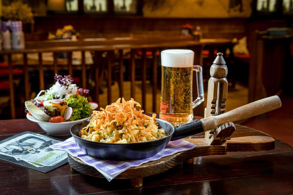 Knusprige Kasnocken gemischter Salat und frisch gezapftes Bier IMLAUER HOTEL PITTER Salzburg