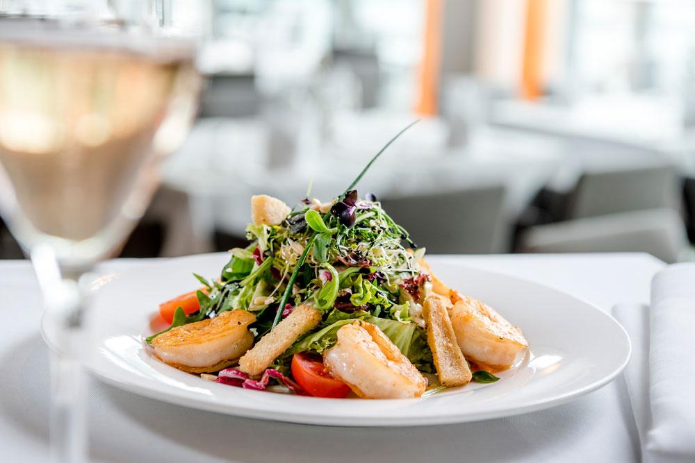 Frischer Salat mit gebratenen Garnelen IMLAUER HOTEL PITTER Salzburg