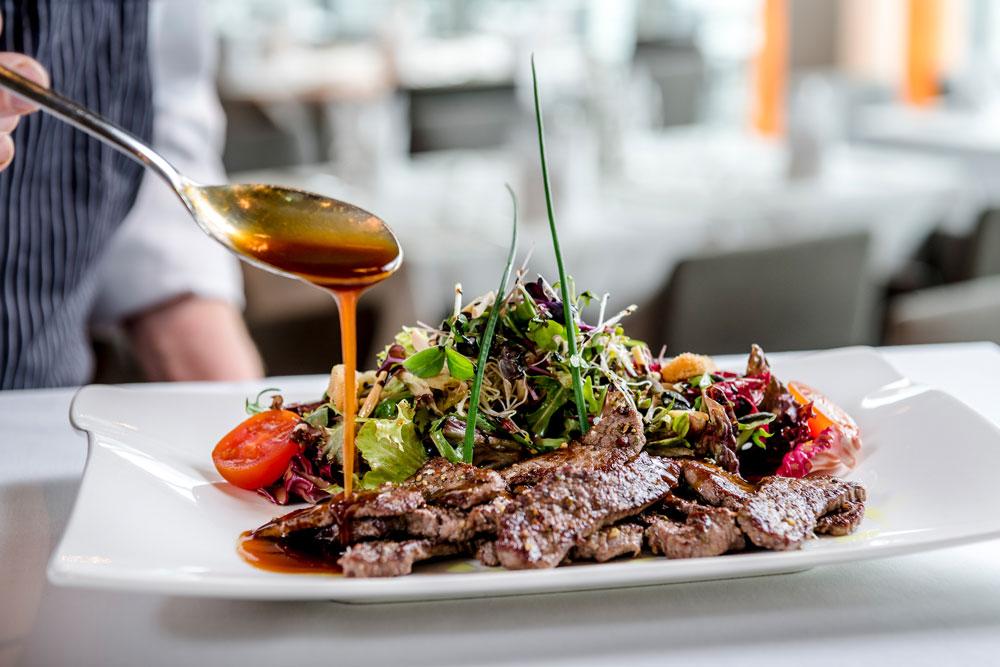 Salat mit gebratenen Rinderfiletstreifen IMLAUER HOTEL PITTER Salzburg