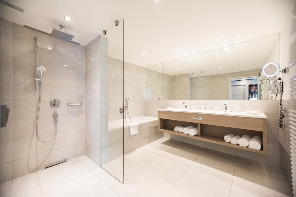Helles sauberes Badezimmer IMLAUER HOTEL PITTER Salzburg