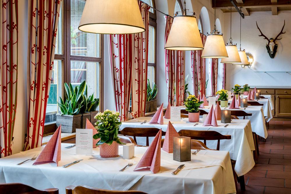 Braurestaurant Tische bei Fenstern IMLAUER Hotel Salzburg