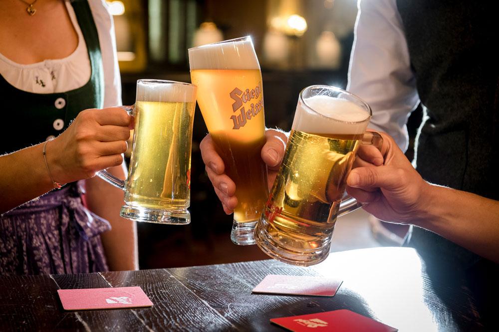 anstoßen-mit-Bier